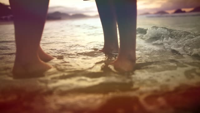 vidéos et rushes de couples de pieds et eau de mer venant, scène romantique - tomber amoureux