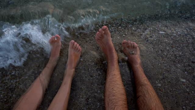 füße tanzen im meer - barfuß stock-videos und b-roll-filmmaterial