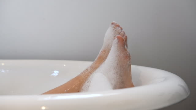 vídeos y material grabado en eventos de stock de feet emerging from a bubble bath - espuma