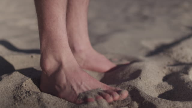 vídeos de stock e filmes b-roll de feet in soft sand, close up - areia
