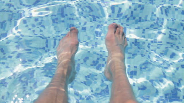 vídeos de stock e filmes b-roll de pov, feet in swimming pool, greece - pé