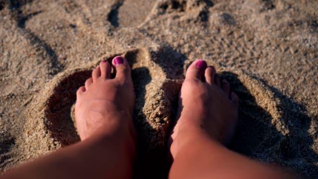 fötter i sanden - människolem bildbanksvideor och videomaterial från bakom kulisserna