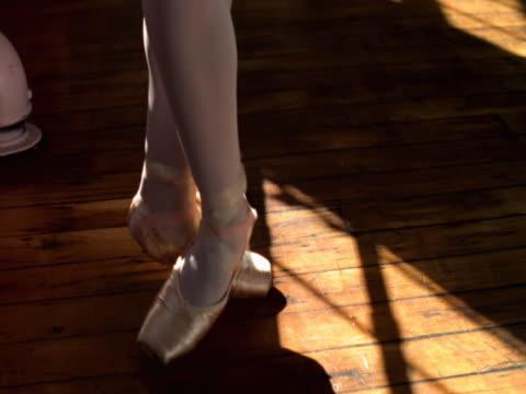 feet of ballerina practicing routine - auf den zehenspitzen stock-videos und b-roll-filmmaterial