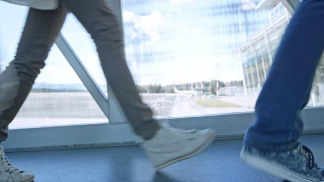 ds-füße der passagiere zu fuß auf einem internat brücke am flughafen, an bord des flugzeugs - fluggastbrücke stock-videos und b-roll-filmmaterial