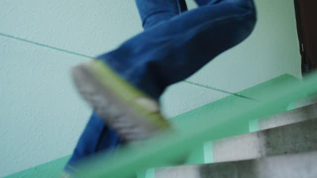 2階を歩き、ドアのロックを解除する人の足 - 到着点の映像素材/bロール