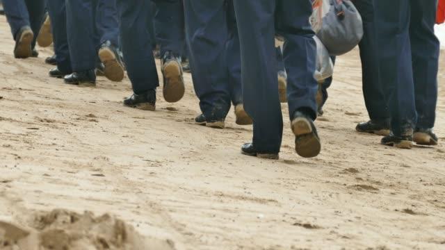 vídeos y material grabado en eventos de stock de pies de los soldados en el ejército - pelotón ejército de tierra