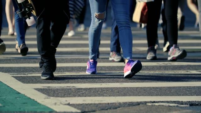 vídeos y material grabado en eventos de stock de pies en el paso de cebra peatonal - calle urbana
