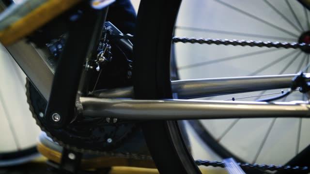 ms feet pedaling bike - heimtrainer stock-videos und b-roll-filmmaterial