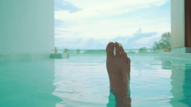 vídeos de stock e filmes b-roll de feet splashing in the pool, water spray - água parada