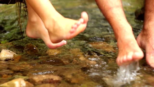 piedi si increspa sull'acqua - piede umano video stock e b–roll