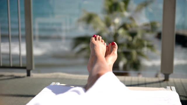 vidéos et rushes de vous sur le balcon avec vue sur la mer - établissement de cure
