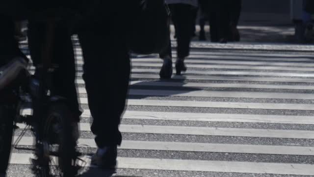 vidéos et rushes de feet walking across pedestrian crossing. - passage pour piétons
