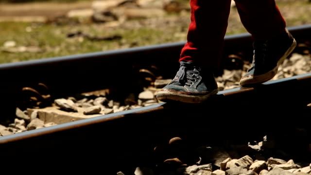 vídeos de stock, filmes e b-roll de cu feet walking along train tracks/ cape town/ south africa - transporte ferroviário