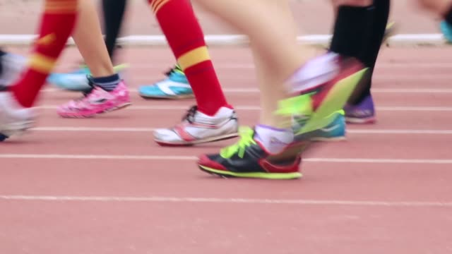 feet walking on an athletic field - socke stock-videos und b-roll-filmmaterial