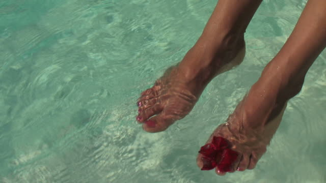 vídeos de stock, filmes e b-roll de pés, água & flor play - parte inferior