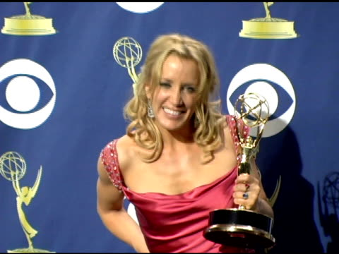 stockvideo's en b-roll-footage met felicity huffman at the 2005 emmy awards press room at the shrine auditorium in los angeles california on september 19 2005 - 2005