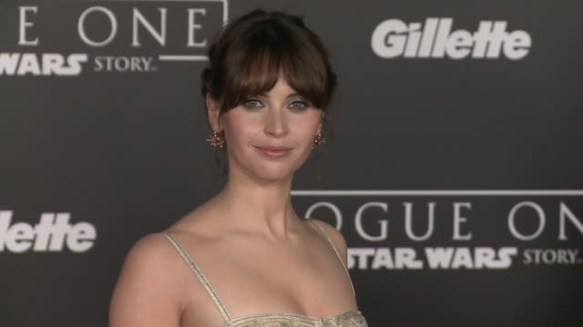 """vídeos de stock, filmes e b-roll de felicity jones at """"rogue one: a star wars story"""" world premiere at the pantages theatre on december 10, 2016 in hollywood, california. - série de filmes star wars"""
