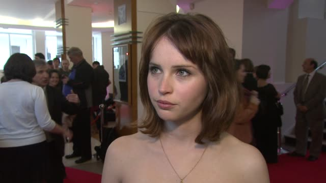 vidéos et rushes de felicity jones on getting the part, on her reaction to meeting michelle pfeiffer and kathy bates, on buddying up with rupert friend on set being the... - ricky gervais