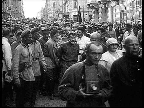 vidéos et rushes de felix edmundovich dzerzhinsky's burial crowd and leaders walking in procession carrying coffin kalinin stalin molotov kamenev voroshilov rykov... - 1926