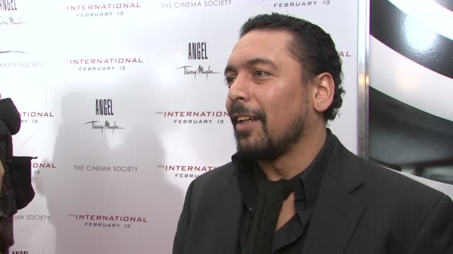 vidéos et rushes de felix solis on his role interaction with eric warren singer on working with clive owen and naomi watts and on the director at the the international... - eric