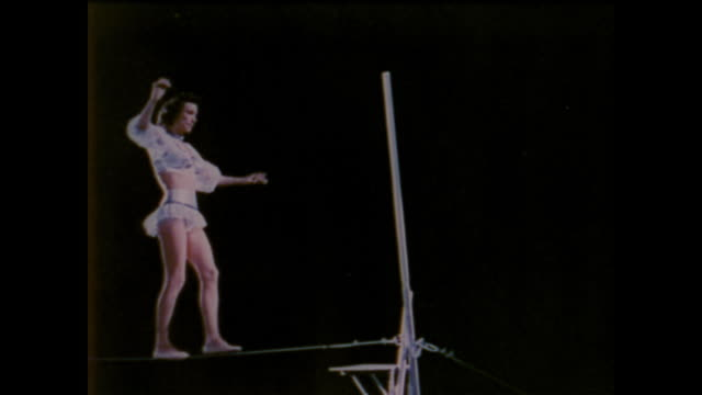 vidéos et rushes de 1958 female acrobat demonstrates balance - perception sensorielle