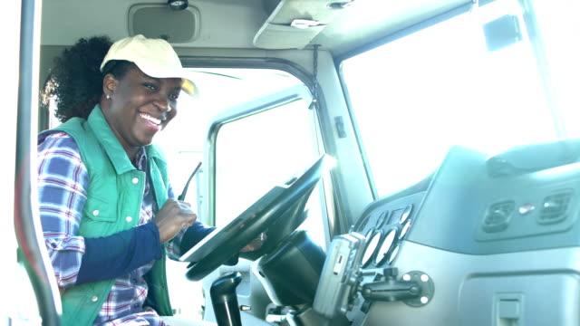 デジタルタブレットを持つ女性アフリカ系アメリカ人トラック運転手 - トラック運転手点の映像素材/bロール