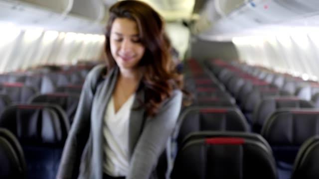 stockvideo's en b-roll-footage met vrouwelijke vliegtuig passagier ontscheept vliegtuig - toothy smile