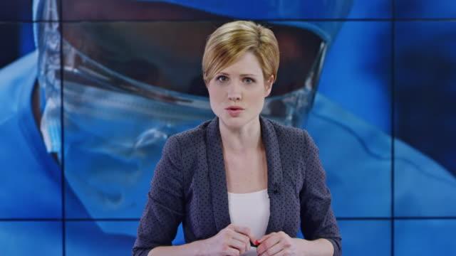 vídeos de stock e filmes b-roll de ld female anchor presenting a news story on healthcare - jornalista