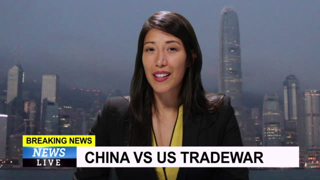vídeos de stock, filmes e b-roll de ms female anchor reporting live from hong kong, china with breaking news about tradewar - reportagem segmento editado