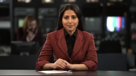 ms female anchor speaking at news desk, dallas, texas, usa - journalist bildbanksvideor och videomaterial från bakom kulisserna