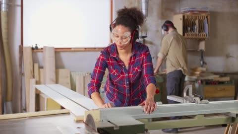 vídeos y material grabado en eventos de stock de ds hembra y carpintero masculino que trabajan en el taller - material de construcción