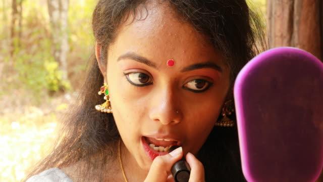 frau benutzt lippenstift - junge frauen stock-videos und b-roll-filmmaterial