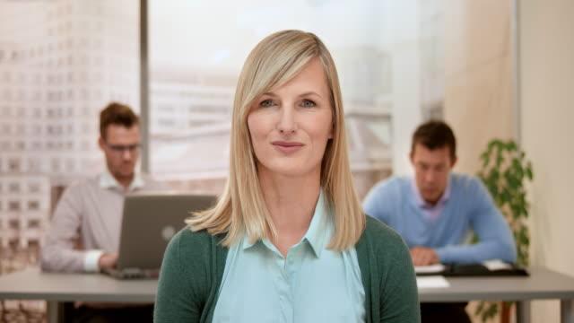 vidéos et rushes de femme architecte sur un appel vidéo avec son client - quadragénaire