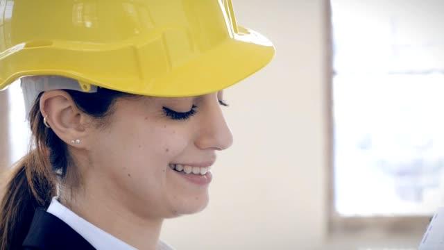 Vrouwelijke Architect op een bouwplaats
