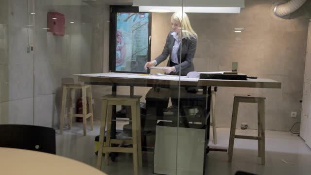 vídeos de stock e filmes b-roll de feminino arquiteto rever projectos - arquiteta