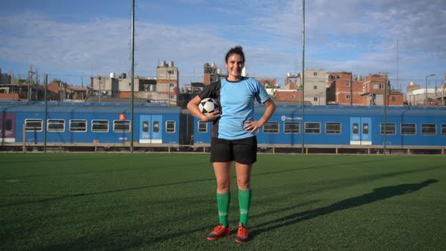 vidéos et rushes de joueuse argentine de football s'entraînant sur le terrain - cadrage en pied