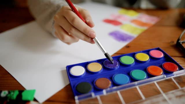 vídeos y material grabado en eventos de stock de artista dibujo pintura acuarela - caballete equipo de arte y artesanía