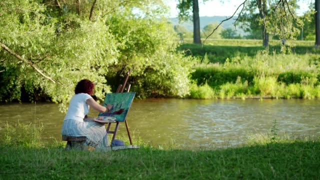 female artist painting outdoors - artist stock videos & royalty-free footage
