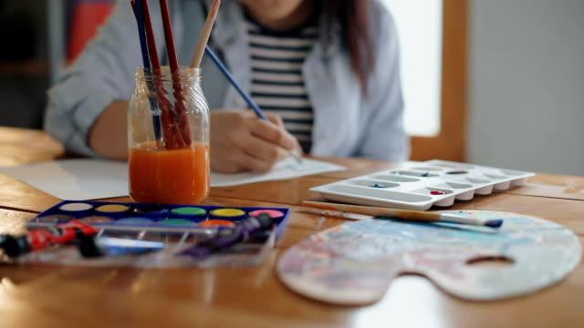 vídeos y material grabado en eventos de stock de pintura de artista femenina - caballete equipo de arte y artesanía