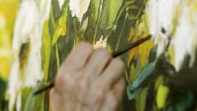 vídeos y material grabado en eventos de stock de female artist producing oil painting of flowers on canvas - pintar
