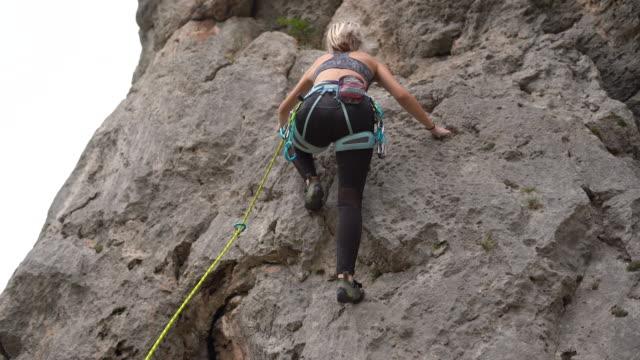 female athlete free climbing - free climbing stock videos & royalty-free footage
