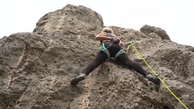 female athlete free climbing - free climbing stock videos & royalty-free footage