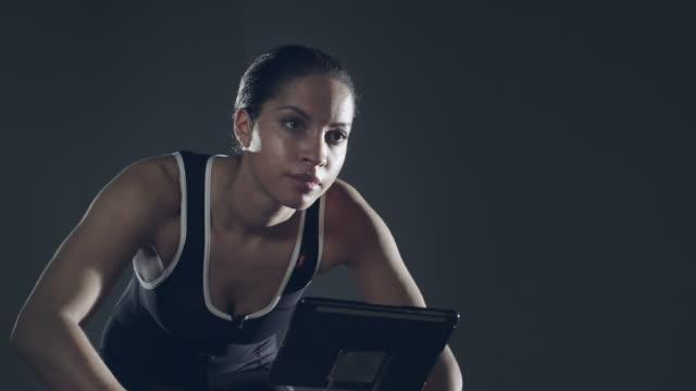 vídeos y material grabado en eventos de stock de atleta mujer en bicicleta fija - lycra