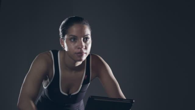 atleta femminile in bicicletta di formazione - elastane video stock e b–roll