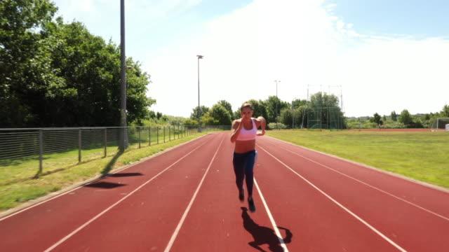 vídeos de stock, filmes e b-roll de atleta feminina praticando sprint de pé começa em treino - sutiã para esportes