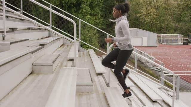vídeos de stock, filmes e b-roll de atleta feminino correndo arquibancadas - esforço