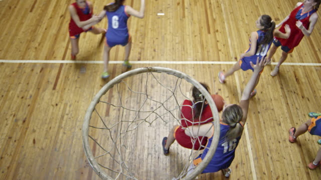 vídeos de stock, filmes e b-roll de female athlete scoring basketball point - esporte de equipe