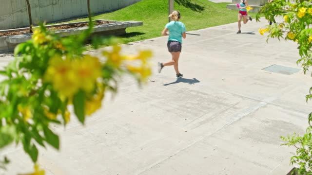 stockvideo's en b-roll-footage met vrouwelijke atleten die in het park van buenos aires in ochtend lopen - jogster