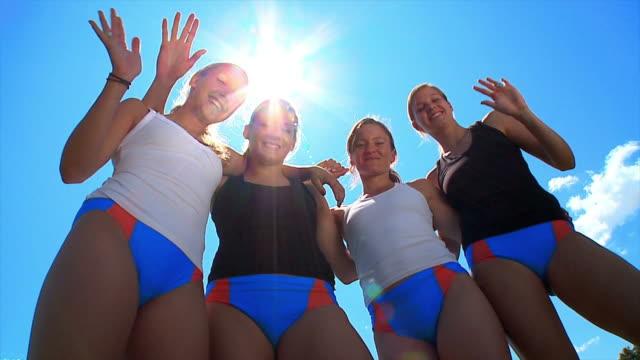 vídeos de stock, filmes e b-roll de hd câmera lenta: feminina de atletas - de braços dados