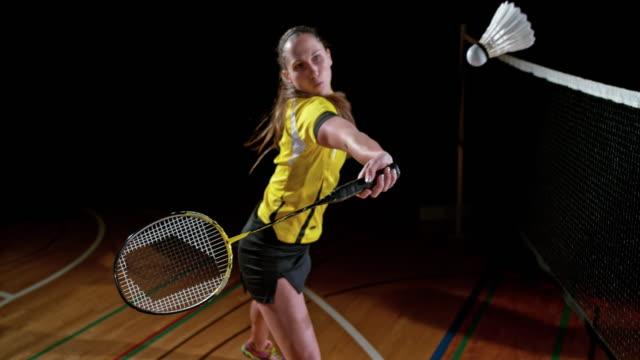 vídeos de stock, filmes e b-roll de jogador de badminton slo mo feminino bater uma peteca - badmínton esporte